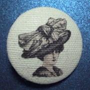 Пуговица  Дама в шляпе  белая 22 мм